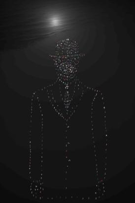 L'homme à la pomme night hommage à Magritte © Didier de Radiguès
